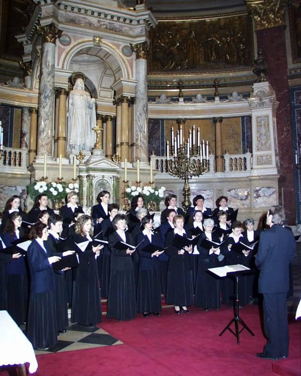 A Martfû Városi Nõi Kar jótékonysági koncertje a budapesti Bazilikában, 2000