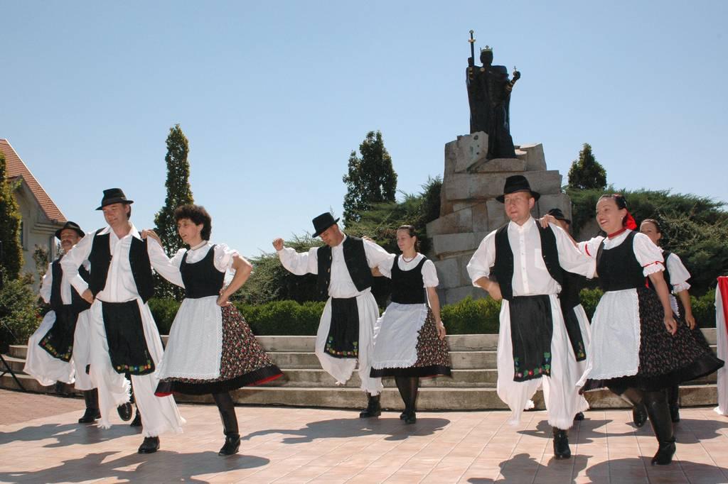 A Felnõtt Néptánc Együttes ünnepi programja a Szent István-szobornál